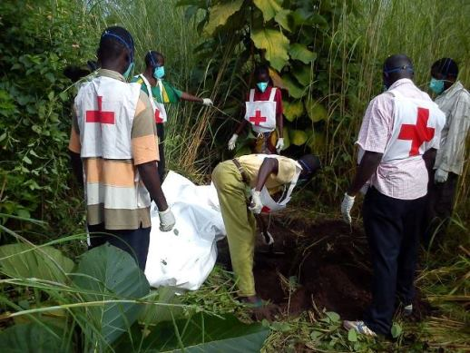 Red_Cross_workers_bury_a_corpse_near_Bossangoa_on_Sept_16_518_x_389